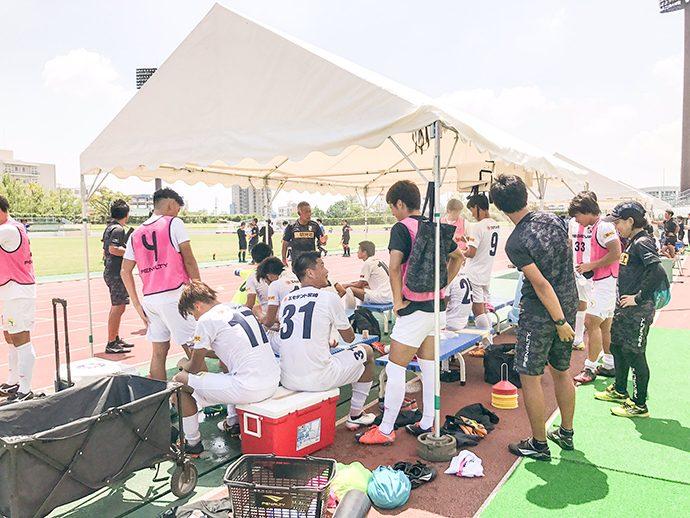 水分補給などをしている選手たち