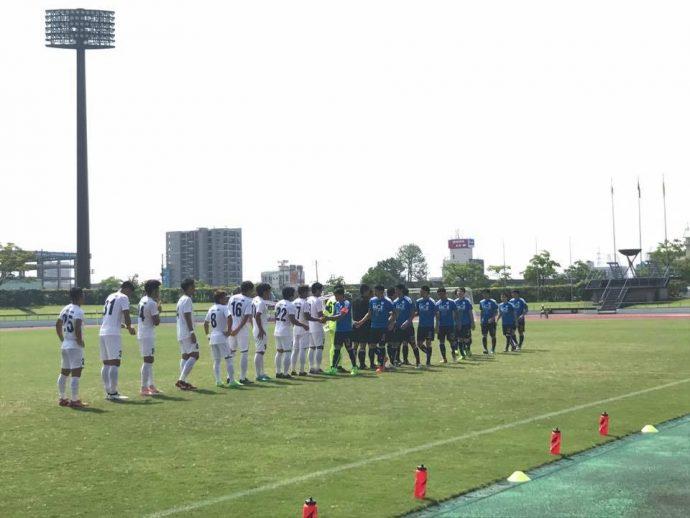 試合前に握手を交わすテゲバジャーロ宮崎とFC.TOSUの選手たち