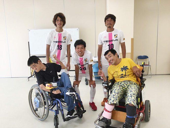 愛泉会日南病院の利用者さんと新改選手と石川選手と米田選手