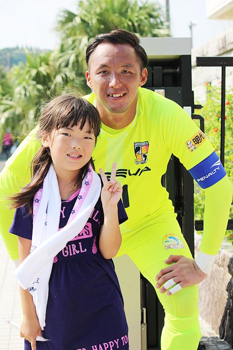応援に来てくれた女の子と一緒に記念撮影をする石井選手