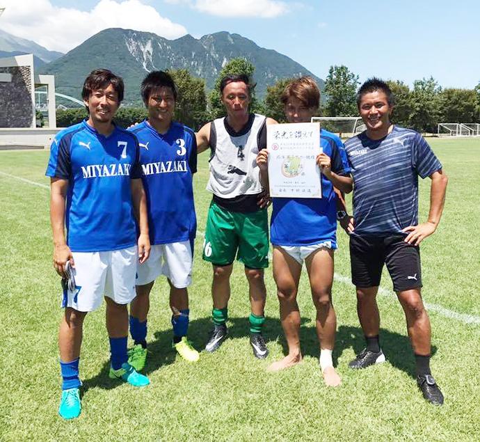 表彰状を手に柳田代表とテゲバジャーロ宮崎のメンバーで記念撮影