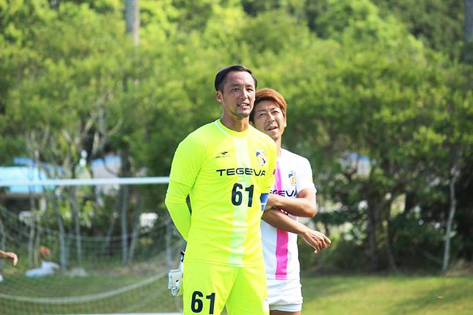 試合終了後、サポーターさんにお礼の挨拶をする石井選手