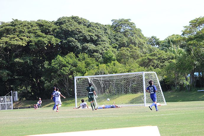 小林選手が森島選手のシュート気味のボールをつめてゴール