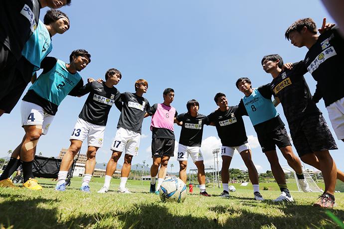 試合前、円陣を組む選手達