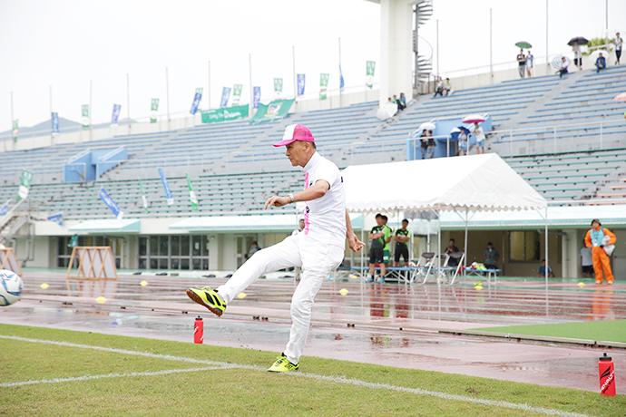 宮崎県サッカー協会会長橋田和実様の力強いシュートでキックオフセレモニーを行っていただきました