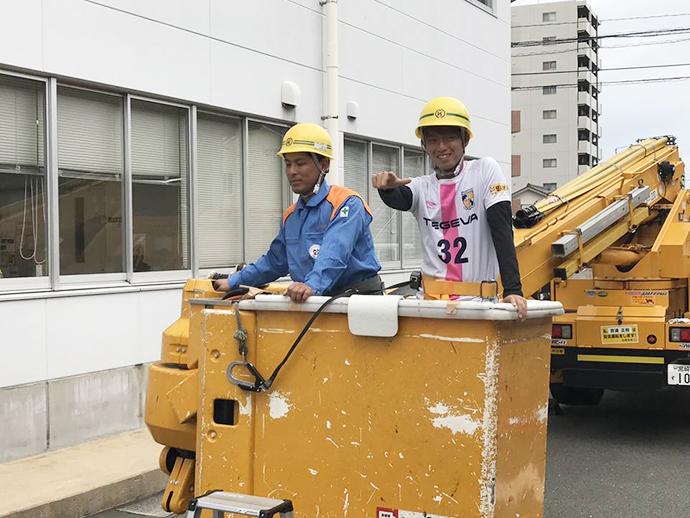 高所作業車体験をする上田選手。