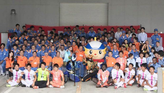 明光社の皆様、ヒムカイザーのみなさんとテゲバジャーロ宮崎の選手で記念撮影