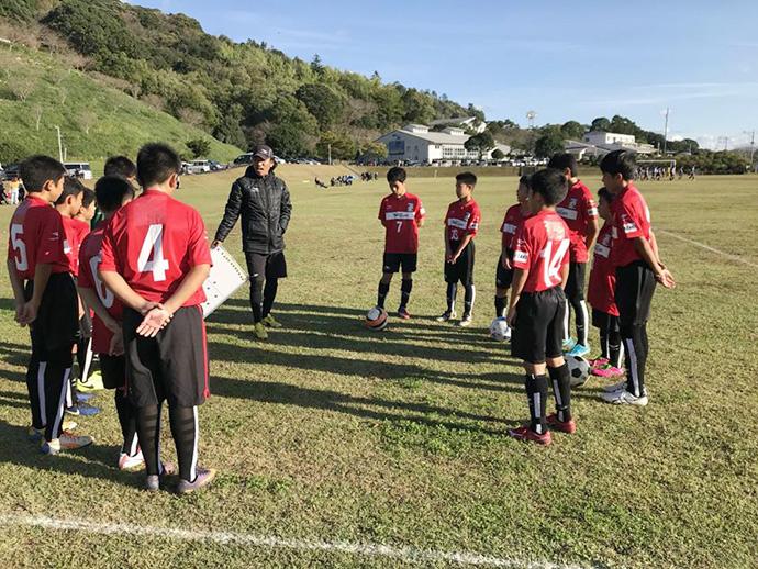 藤山監督から指示を受ける選手達