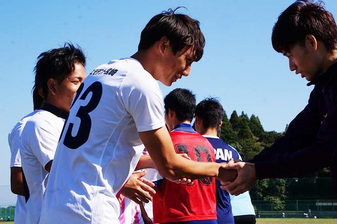 試合後、デフサッカー日本代表の選手と握手を交わす選手達