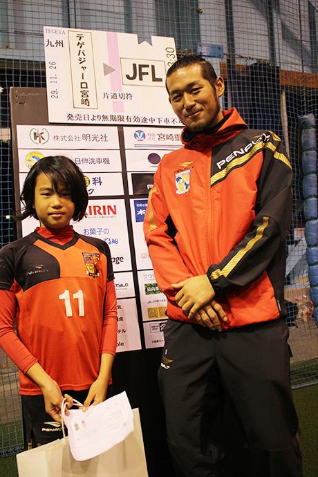上野山選手と抽選会で景品が当たった女の子