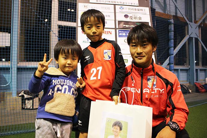 藤村選手と子ども達