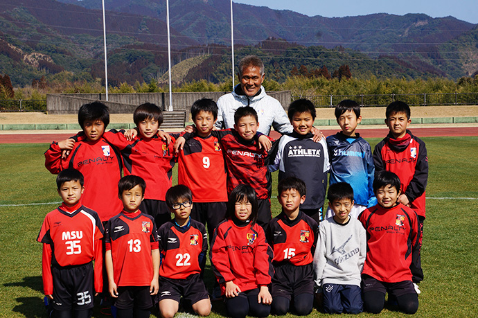 石崎監督によるサッカー教室集合写真