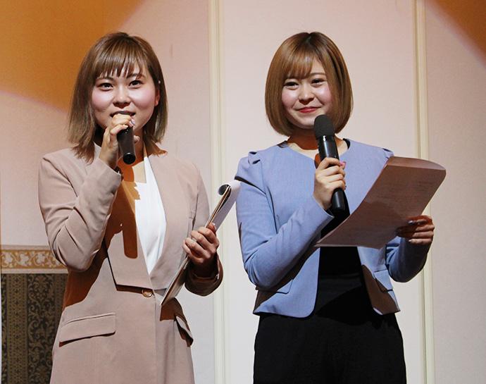 キックオフパーティの司会穴井怜奈さん(左)・甲斐杏奈さん(右)