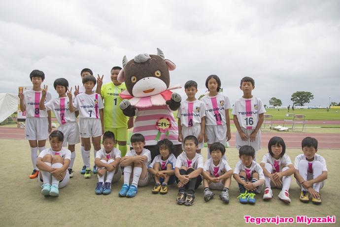小林市観光キャラクター「こすモーちゃん」とテゲバジャーロ宮崎アカデミー集合写真