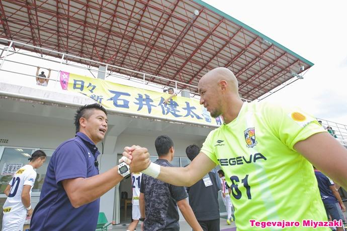 入場前に握手を交わす石井選手と柳田代表