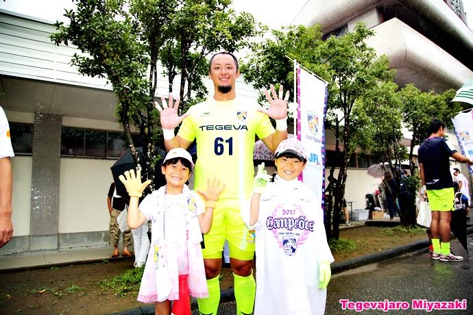 サポーターの子供たちと石井選手記念撮影