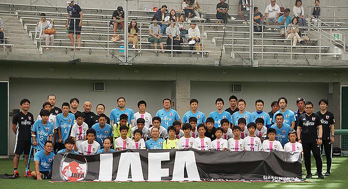 アンプティサッカー日本代表のみなさんとテゲバジャーロ宮崎U-15の選手達で記念撮影