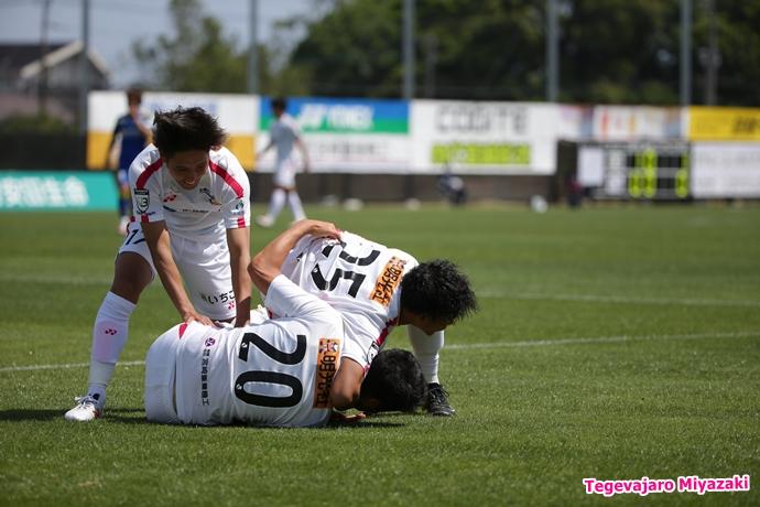 橋本選手ゴール歓喜3