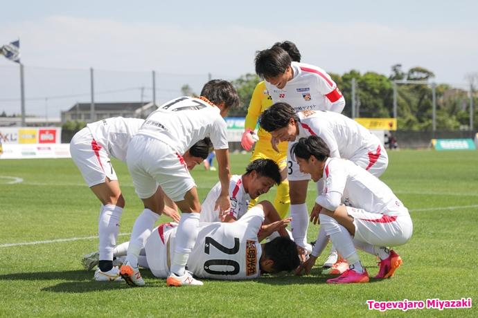 橋本選手ゴール歓喜4